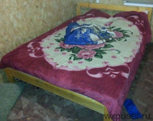 общий вид кровати из досок