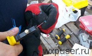 зачищаю изоляцию провода с помощью щипцов для снятия изоляции