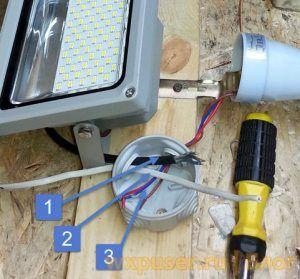 соединение проводов фотореле и прожектора