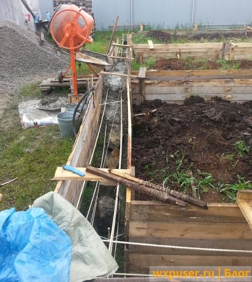 заливаем фундамент бетономешалкой